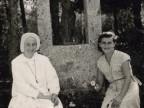 Antonia Brogni con Suor Sira alla colonia marina F. Ratti di Desio.