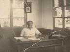 Giovanni Ratti alla sua scrivania negli uffici del magazzino pali.