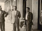Giovanni Rossi con un ospite americano sotto i portici del centro.