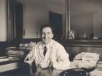 Vittorio Bolognini in ufficio alla sua scrivania.