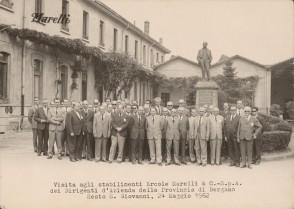 Giovanni Bonanni in una foto di gruppo negli stabilimenti Marelli.