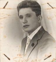 Mario Corti nella fotografia della tessera di riconoscimento aziendale.
