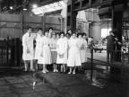 Foto di gruppo durante una visita allo stabilimento.