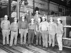 Foto di gruppo nello stabilimento.