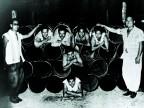 Lavoratori in una foto di gruppo nello stabilimento.