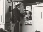Operaio al lavoro al laminatoio riduttore stiratore. 1985