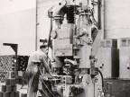 Operaio nella fabbrica manicotti utilizza filettatrice verticale.