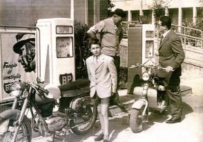 Mora Angelo presso il suo distributore di benzina mentre parla con Nedo Mandaletti.