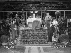 Operai sull'altare allestito per la celebrazione della messa.