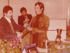 Romano Nepori riceve un premio.