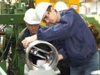 Zsègedi Zsòlt lavora alla produzione di un manicotto sotto l'attenta guida di Graziano Carnevali