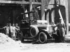 Operai e autocarro. 1920
