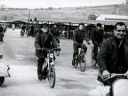 Operai di turno all'entrata dello stabilimento. Anni '60