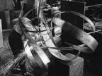 Beverly Pepper durante la creazione di una scultura in lamiera. 1962