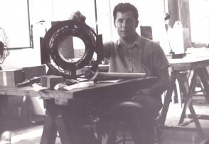 Mario Leonelli al banco di lavoro.